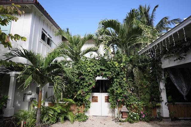 カイルア邸宅ウェディング,自由なハワイ婚,ハワイ結婚式,ハワイウェディングのステップ,サッシュベルト,ウェディングドレス,アパナミサブログ